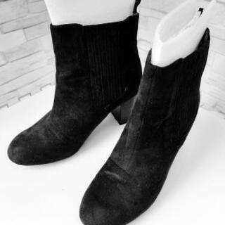黒のショートブーツでスエード