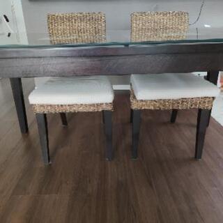 ダイニングテーブルと椅子2つ