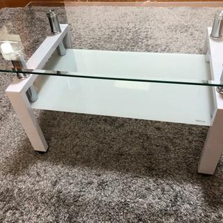 ガラスの天板のテーブル