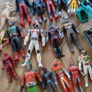 ウルトラマンほか人形と車のおもちゃ