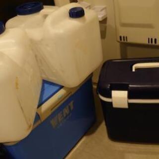 クーラーボックス二個。水容器20L二個。汚れありますが穴な…