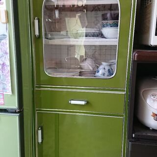 緑色の食器棚