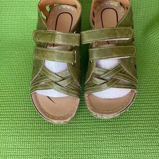 新品!1,000セール! 黄緑 女性靴厚底サンダル 足の甲…