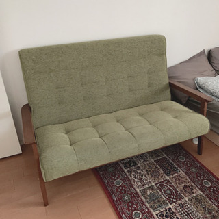 モスグリーンの2人掛けソファ