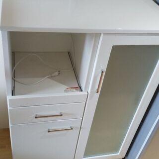真っ白いニトリの食器棚です。