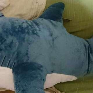 大きなサメのぬいぐるみ