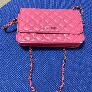 ピンクのショルダーバッグ
