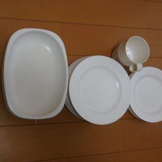 プラスチック製の皿が多数