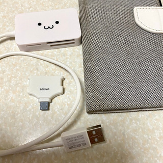 カードリーダーと携帯ケースとiPhone充電変換器