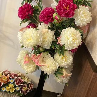 黒色シンプル花瓶と大輪の花(造花)