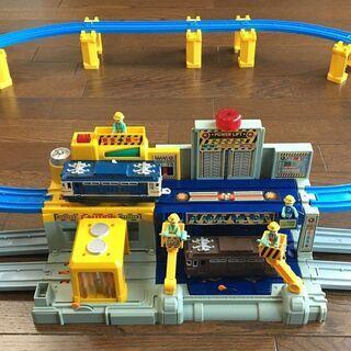 プラレール 機関車基地と整備士5人衆+高架線路セット
