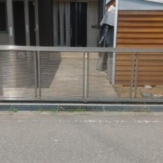 アルミ製スライド式の門です。