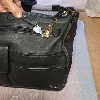 鍵付き、大変収納箇所の多い旅行バッグ