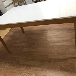 白のダイニングテーブル