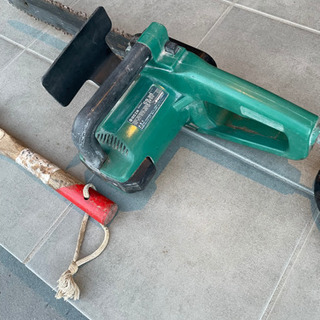 電気チェーンソーと手斧セット