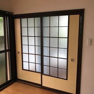 昭和な家の内部引き戸、古い和ガラスが入っています。
