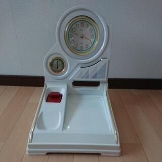 時計と温度計がついた電話台の画像