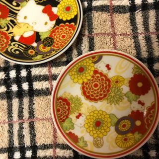 可愛いキティちゃんのお皿 黒地と白地にお花とキティちゃんが描かれ...