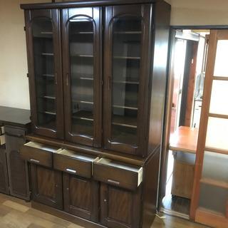 大型木製食器棚。ガラス扉付き食器棚。幅117.5x奥行き4…
