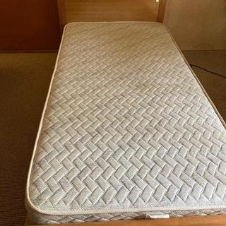 木製のシングルベッド