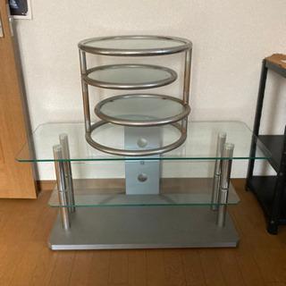 ガラスのテーブルとサイドテーブル