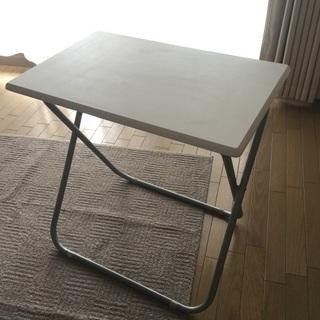 白い天板の折りたたみテーブル