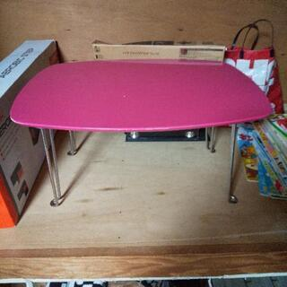ピンクの小さいテーブル