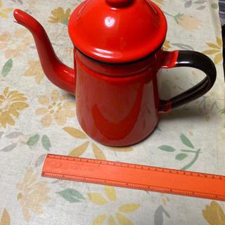 赤いホーローコーヒーポット