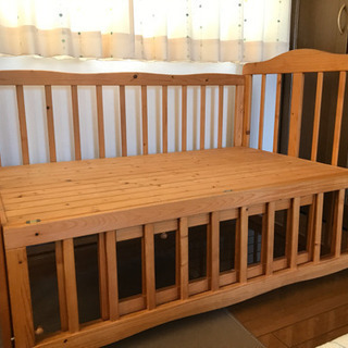 天然木•自然塗料100%のベンチにもなるベビーベッド − 埼玉県