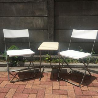 屋外用椅子とサイトテーブル
