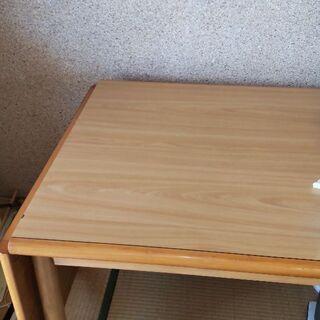 片方折たためるテーブルです。