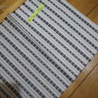 白色の地に銀色の線と紺色の文様のハギレ