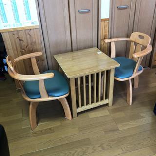 コーヒーテーブルと椅子2脚のセット