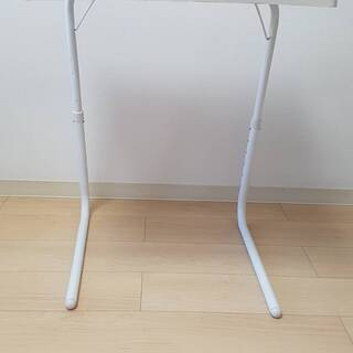 振り立てる机(white)