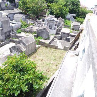 【内間墓地】パイプライン通り近く、市街地に位置する墓地です…