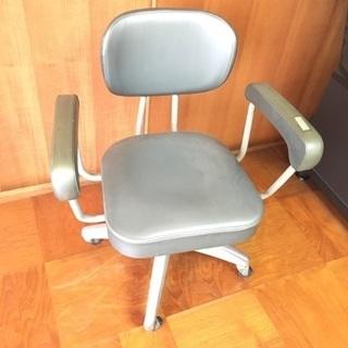シンプルなパソコン、デスクチェア 椅子