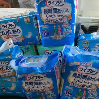 介護用おしめ3袋とおしめパット5袋
