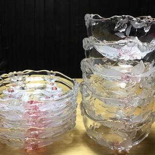 【ネット決済・配送可】花柄の浮き出たガラスの器セット