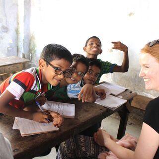 スリランカの田舎の子供たちが学校教育とインターネットアクセスの...