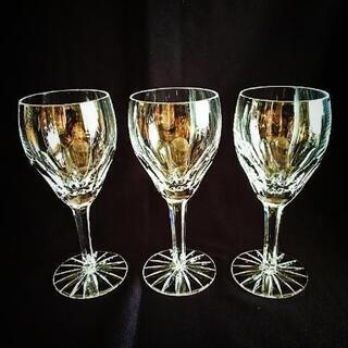 クリスタルガラスのワイングラス3個セットです。 高さ:約1…