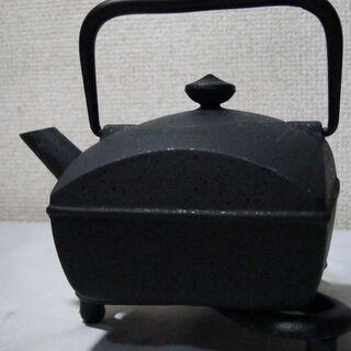 未使用☆刻印ありの詳細不明な黒の鉄瓶 急須 急須を置く台あり
