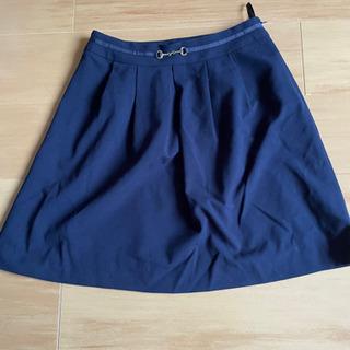 ネイビーのスカート。