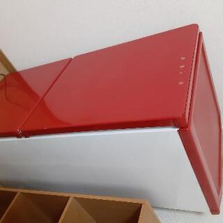 赤い2ドア冷蔵庫