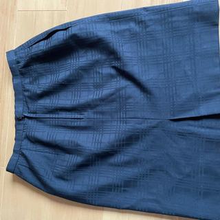 ネイビー(黒寄り)の格子柄入ったスカート