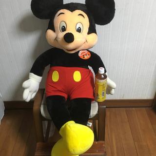 ミッキーマウスの大型ぬいぐるみ。
