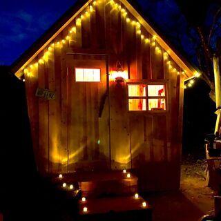 タイニーハウスは、庭先に建て木造の小さな小屋です。6畳未満だから...