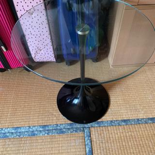 ガラスの丸テーブル