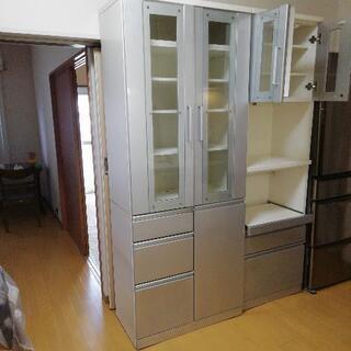 引っ越しの為に食器棚を27日までの出展です