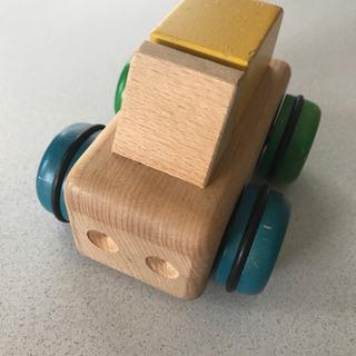 木の車 オルゴールなります。