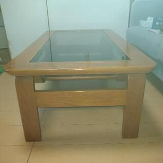 高級感ある天然木を使用した強化ガラステーブル